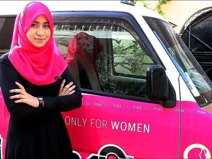 pink-taxi-in-kolkata